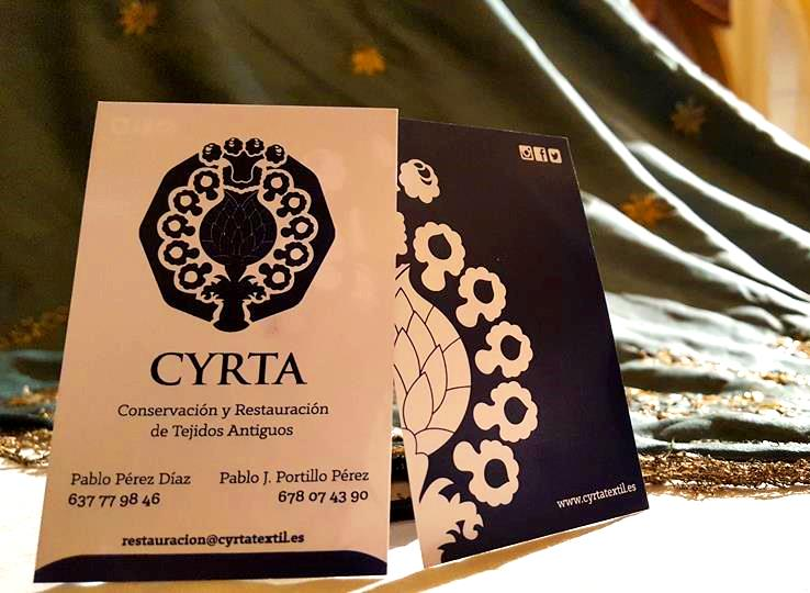 Tarjetas con el logo de 'CYRTA. Restauración de tejidos', números de teléfono y otras formas de contacto.