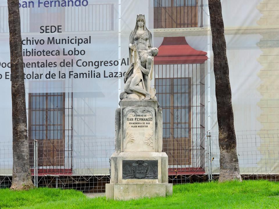Vista frontal completa del monumento a los isleños caídos en la Guerra.