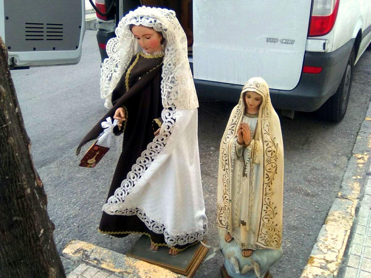 Las vírgenes del Carmen y de Fátima esperando subir a la furgoneta.