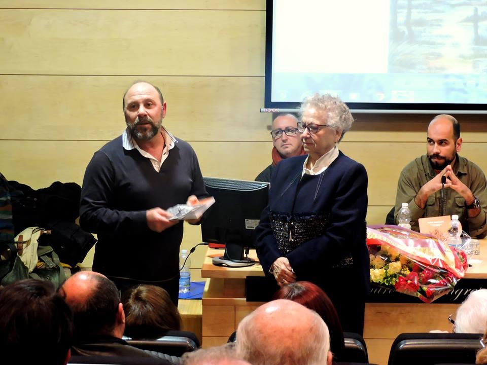 El ateneísta Gonzalo Alías entrega un ejemplar del libro a Amalia Casado, hermana del autor.