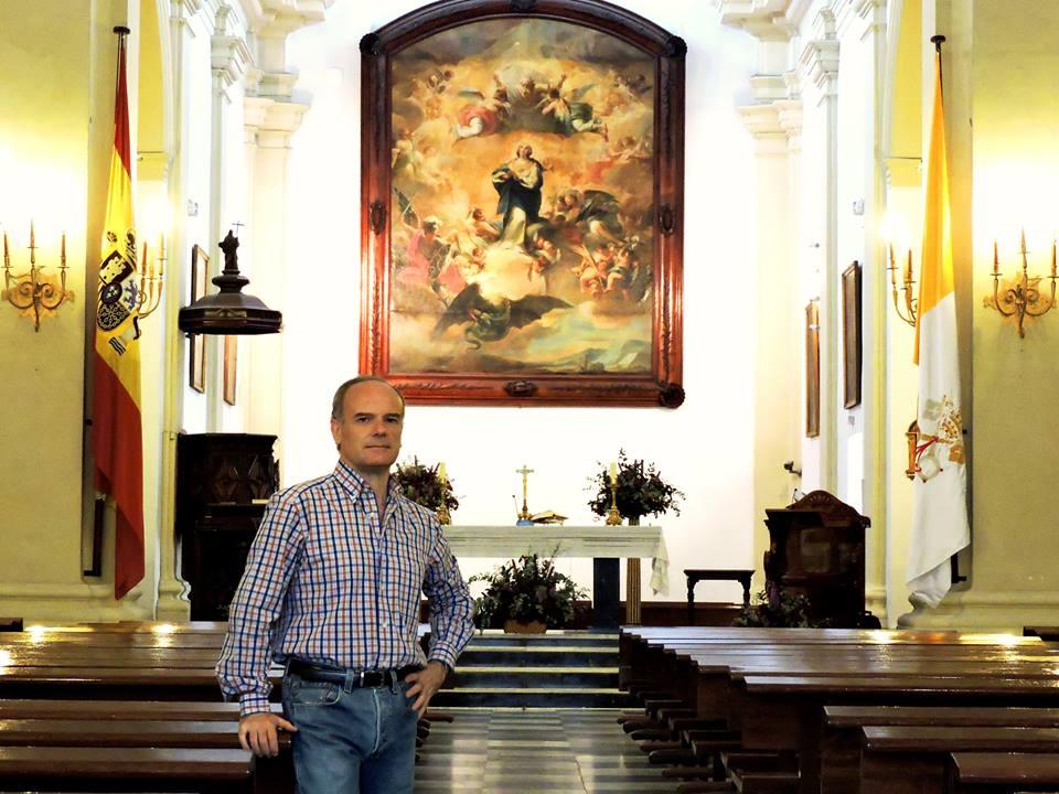 Fernando Mósig frenjte a uno de los 'tesoros' del templo: la Inmaculada de Maella.