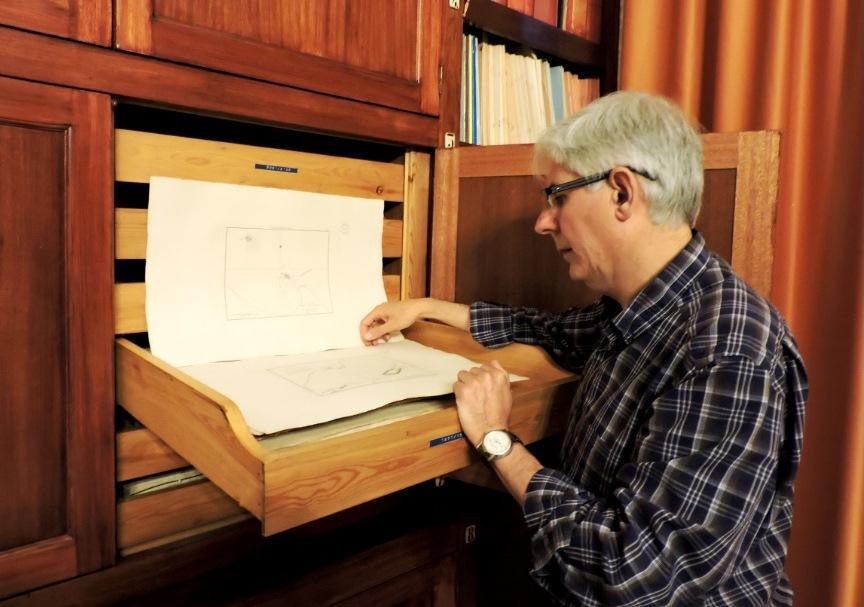 Francisco González revisa la colección cartográfica.