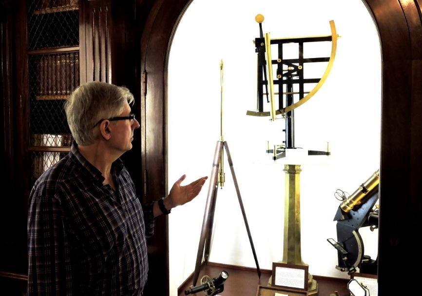 González frente a uno de los instrumentos científicos del ROA.