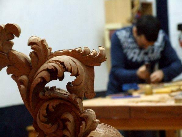 Manuel trabaja la madera en su taller de Chiclana de la Frontera.