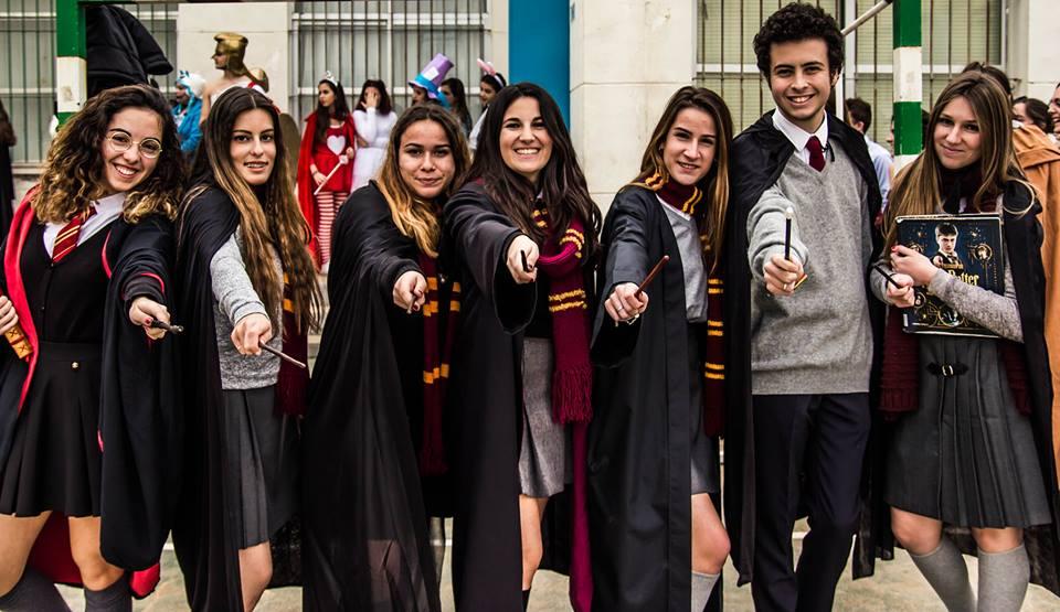 Alumnos caracterizados como los personajes de Harry Potter.