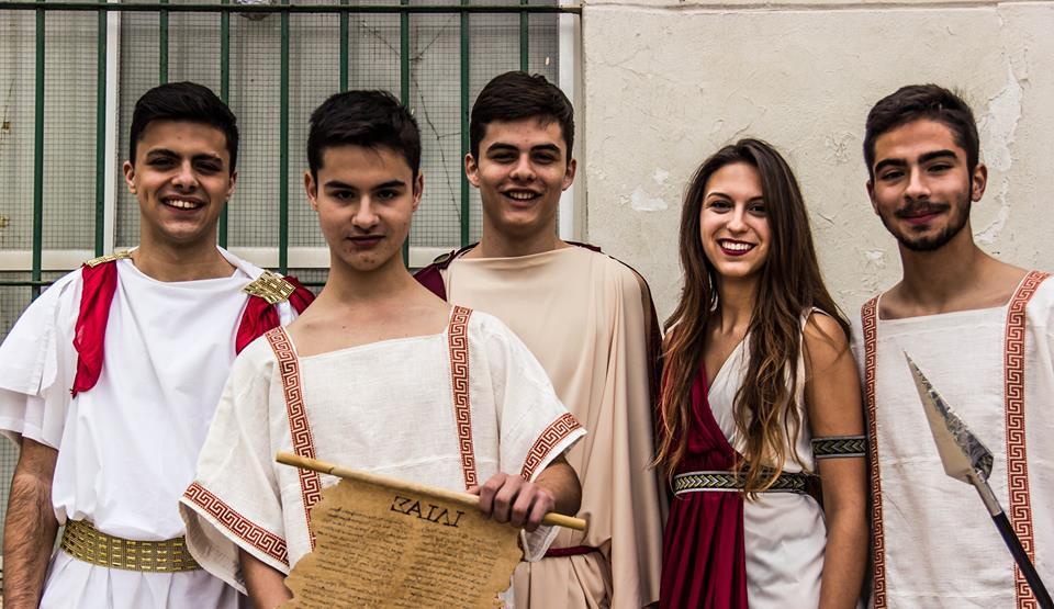 Alumnos caracterizados como los personajes de La Ilíada.