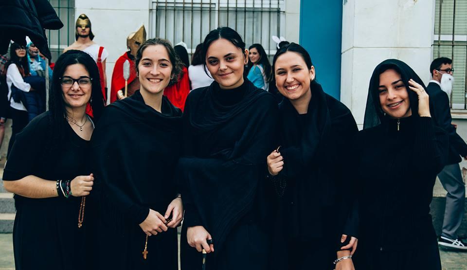 Alumnos caracterizados como los personajes de La Casa de Bernarda Alba.