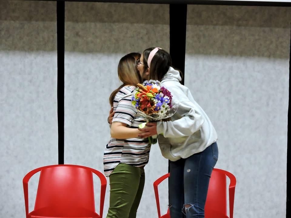 MJ López recibe un ramo de flores de sus alumnos.