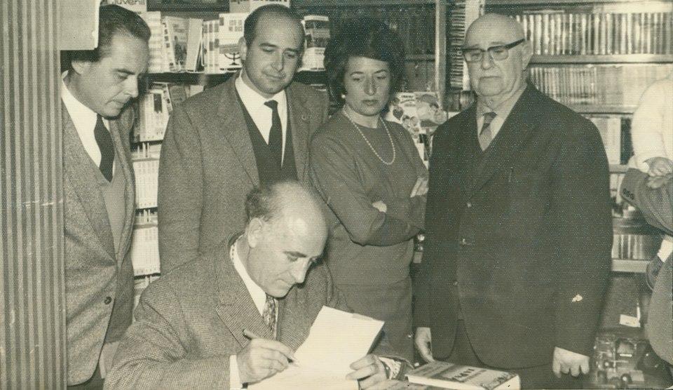 José Mª Gironella firma ejemplares de su libro 'En Asia se muere bajo las estrellas' en la Librería García Bozano. 24 de febrero de 1968. Cedida por Francisco de P. García Barroso.