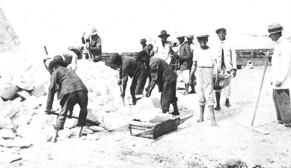 Los trabajadores preparan las cargas de los «candrays» en salinas surtidoras, ya viejas.