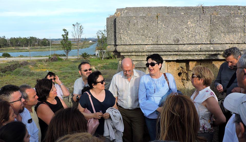 Carmen Orcero presenta a María Elena Martínez sobre el Puente de Ureña.