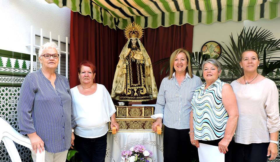 Vecinas posan junto a la Callejolera en San Román número 5.