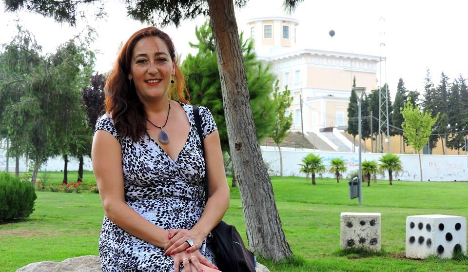 Cristina Pita posa en el Parque del Barrero con el Observatorio al fondo.