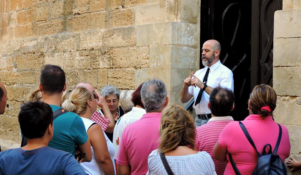 Sergio invita al grupo a pasar al Panteón para comenzar la visita.
