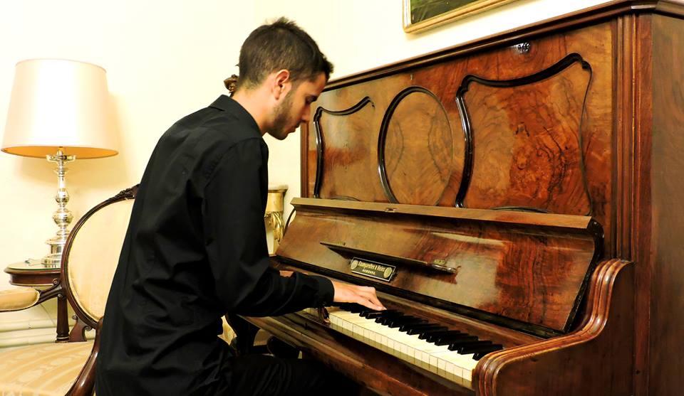 Juan Carlos toca el piano de la 'sala isabelina' de Capitanía.