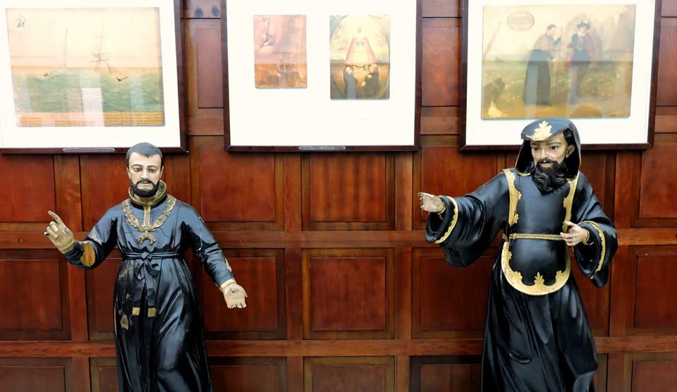 Imágenes religiosas y parte de los exvotos conservados en el Naval.