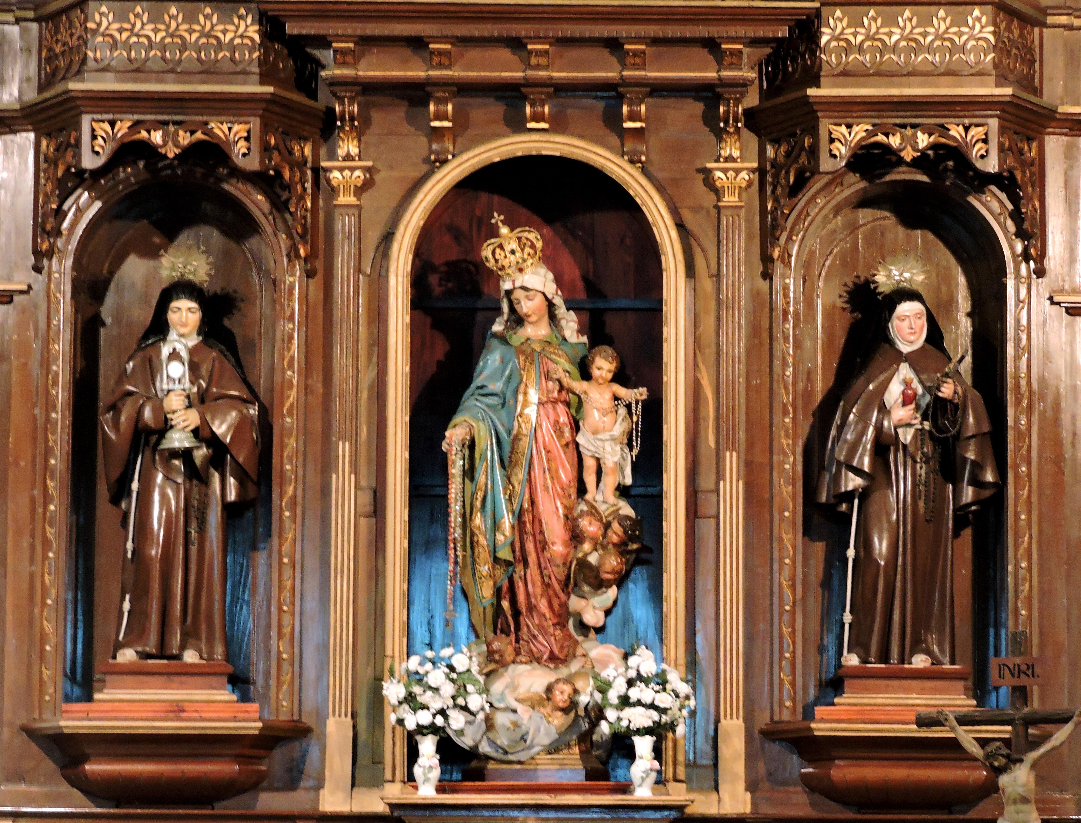 Tramo central del retablo de las Capuchinas presidido por la Virgen del Rosario, obra de Celestino G. Alonso.