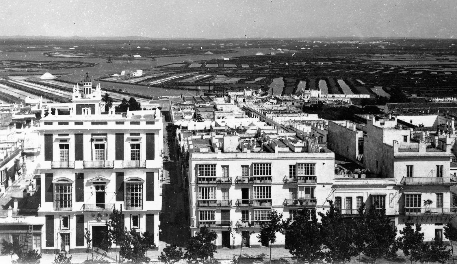 La Casa Zimbrelo, a la izquierda, en una fotografía de Quijano.