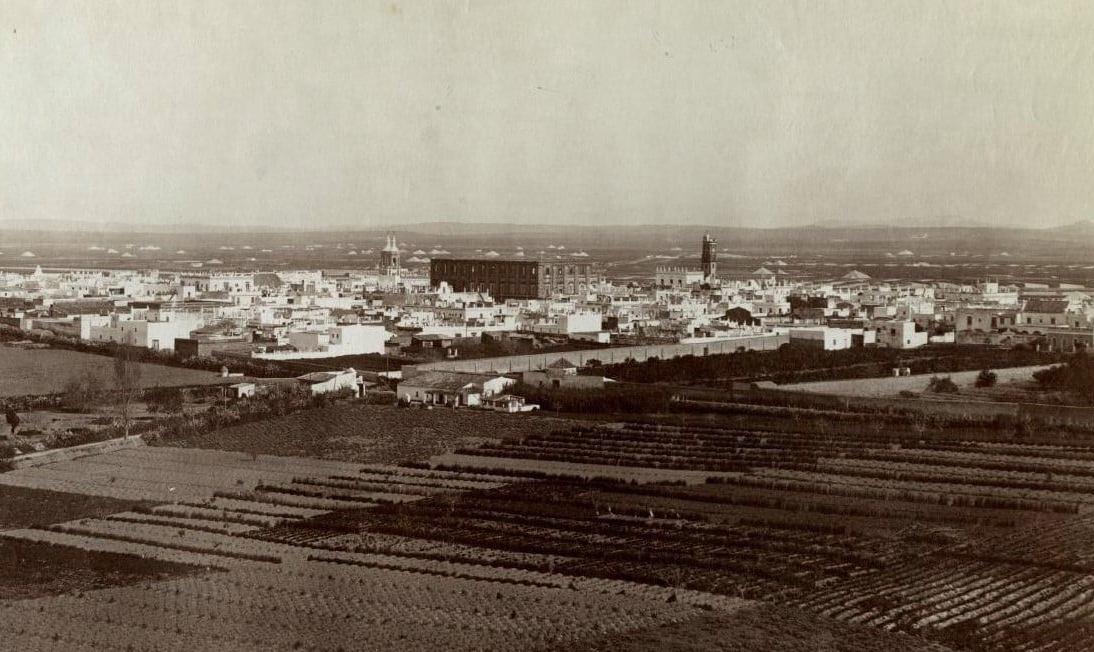 Vista de San Fernando por J. Laurent donde destaca la Torre Zimbrelo con su altura original que conservó hasta la década de 1880.