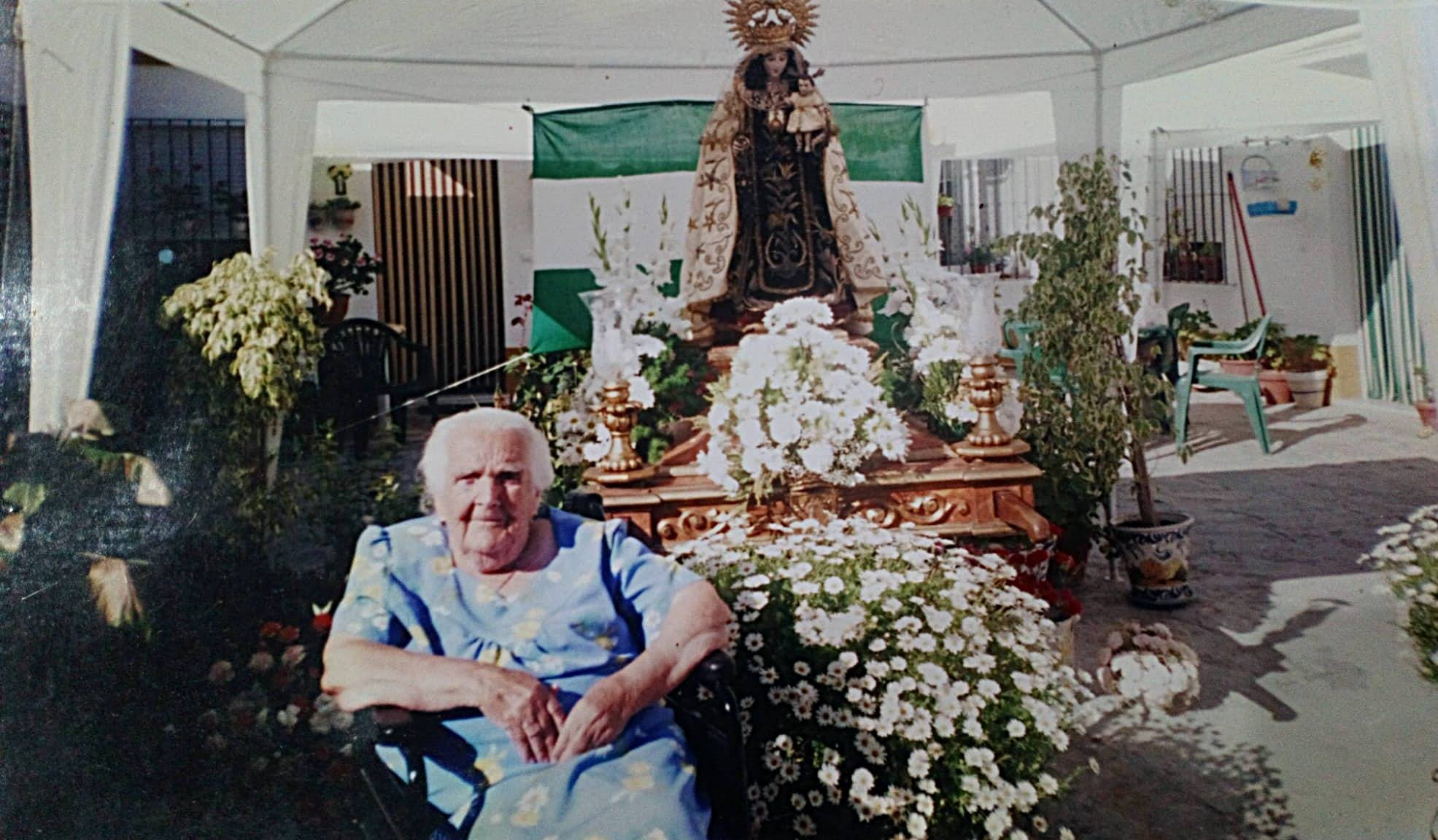 Rosario, la Casera, frente a la Virgen del Carmen en Alsedo 51.