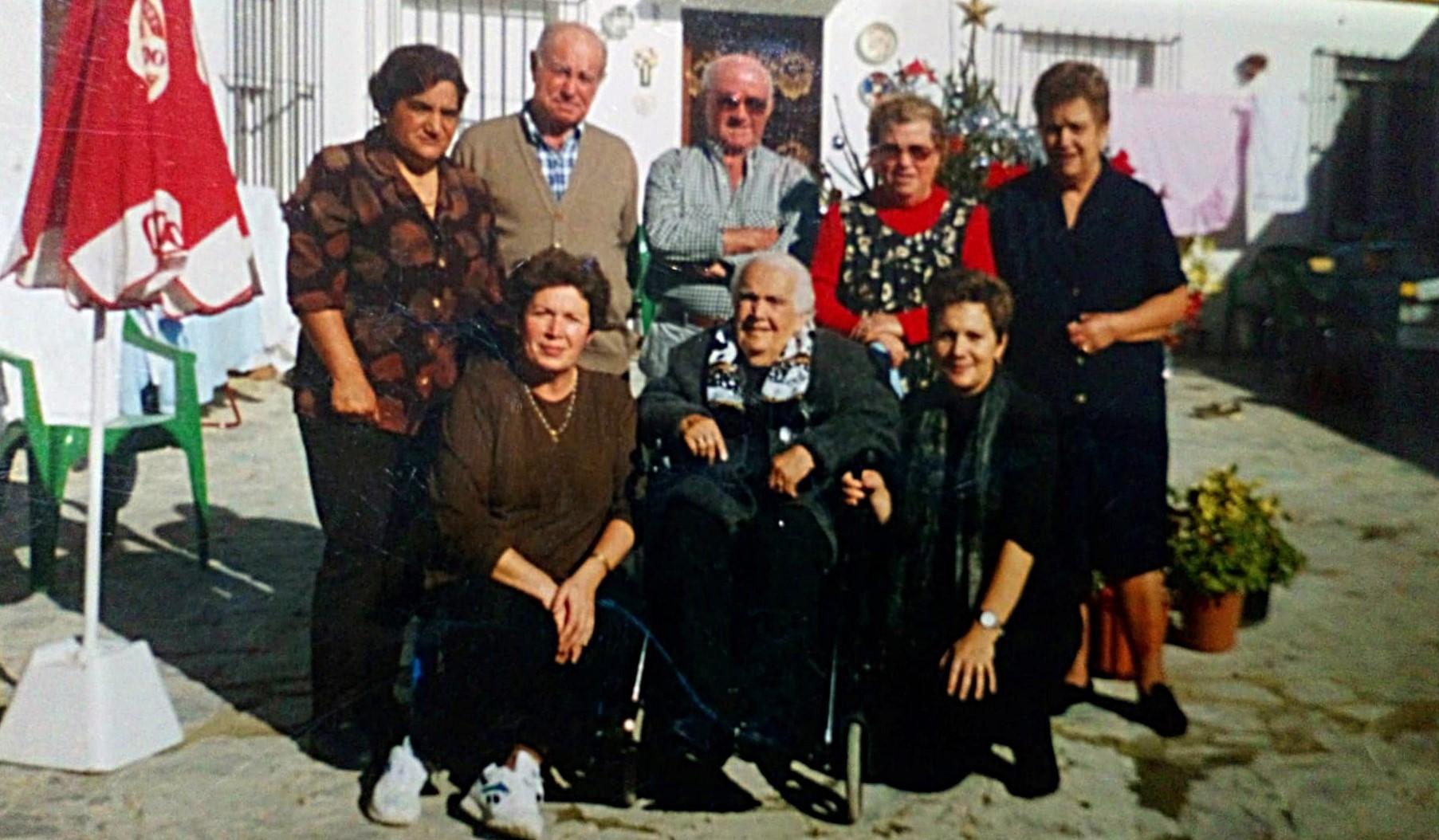 Rosario rodeada de sus vecinos y familiares.
