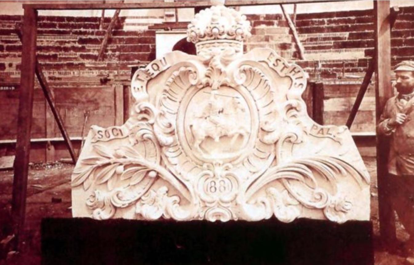 El escultor junto a un escudo labrado para la Real Maestranza de Sevilla en 1881. Colección RMCS (realmaestranza.com).