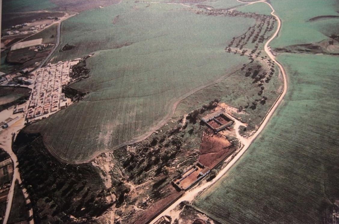 Zona montañosa bajo la que se encuentra enterrada el Yacimiento de Asta Regia. A la izquierda la barriada rural de Mesas de Asta.